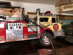 Amerikai tűzoltó autó modell, 70 cm-es, távirányítós, 1981-ből.