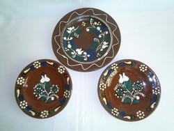 3 db kézzel festett, jelzett kerámia fali tál, tányér 15-20 cm átmérő