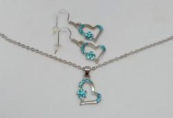 Ezüst színű nyaklánc és fülbevaló szett, kék kristályokkal díszített szívmedállal