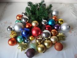 Régebbi műanyag karácsonyfadísz + műfenyő ág ( 35 db.)
