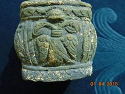 Keleti uralkodói címer szimbólumokkal faragott kő szertartási(?) füstölő