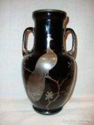 Ezüsttel díszített kétfülű fekete üveg váza