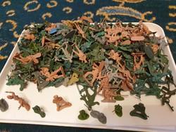 300 db műanyag katona