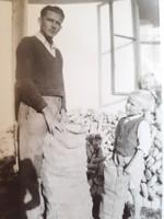 Régi fotó 1956 vintage férfi fénykép földművelés kukorica zsákolás