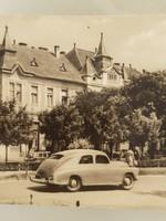 Régi autós képeslap Kiskőrös Szarvas Szálló
