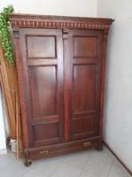 Ónémet stílusú ruhásszekrény, 2 ajtós, 1 fiókos, eredeti réz veretekkel, pogácsa lábakkal