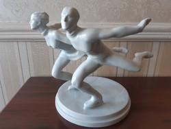 Herendi fehér korcsolyázó pár