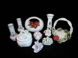 9 db virággal rózsával díszített kerámia és porcelán: virágkosár, váza, gyertyatartó, bonbonier