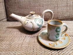 Kerámia kanna kávés csészével és aljjal. Kézzel készített, egyedi formájú és színű, hibátlan darabok