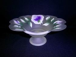 Különleges kézzel festett lila virágos opálos üveg nagy talpas kínáló tál, asztalközép