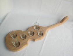 Hegedű alakú fa italkínáló tálca
