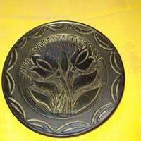 Fekete vésett mintás tányér