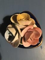 Kobalt porcelán szív formájú doboz, széle aranyozott, a tetején színes rózsafogóval