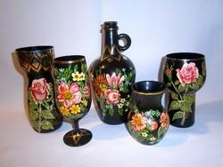 5 db rózsa és virág mintával kézzel festett különleges fekete üveg vázák, korsó, pohár