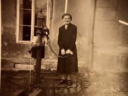 Régi fotó vintage női fénykép vas kút kép 1944