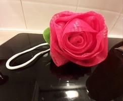 Rózsa alakú fürdő pamacs új pipere termék. Akár ajándékozható.