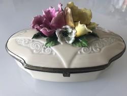 Antik porcelánfajansz kekszes, bonbonos doboz hatalmas porcelánrózsákkal, ezüstözött szerelékkel