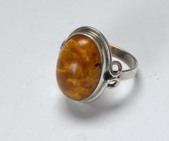 Német ezüst gyűrű borostyán kővel.