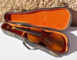 Antik kis hegedő tokjában