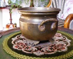 Különleges formájú, közepes méretű, régi, háromlábú, sárgaréz kaspó