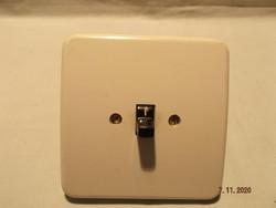 Régi  lámpa kapcsoló fehér előlappal, porcelán kapcsoló résszel   ---2---