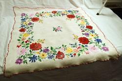 Dúsan hímzett mintás díszterítő , terítő , kiasabrosz , asztalközép , szőttes vászon  72 x 71 cm