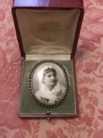 Bross  , századelő női  fényképes kitűző dobozával fém , ezüstözve