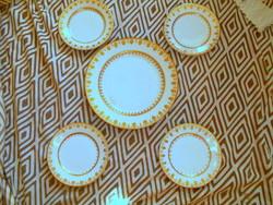 5 db Fischer Emil arany-fehér porcelán tányér 4 süteményes+ nagy tál