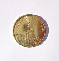 Prágai templomot mintázó, aranyozott cseh emlékérem, kapszulában