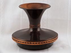 Feltűnő alakú és arányú vörösréz váza