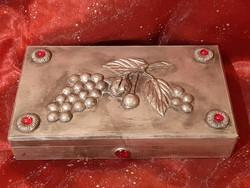 Régi ónnal bevont szőlő fürtös, piros üveg berakásokkal díszített fa doboz