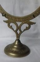 Csodaszép ötvösmunka: rézből készült  gongállvány, használható még mint könyv-, újság-, fényképtartó