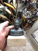 Dante mellszobor, márványtalpon, 10 cm magasságú..