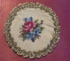 Tűgobelin, gobelin/goblein alap, kézműves munka, virágcsor