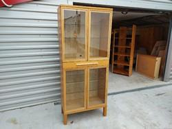 Eladó egy nagy méretű ,szép IKEAS vitrines tálaló. Bútor újszerű állapotú.