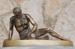 Haldokló Gladiátor, bronz szobor, 11,5 x 20 cm