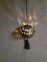 Régi karácsonyfadísz rézből készült áttört mintás nyitható réz gömb mécsestartó végén selyem rojt