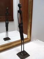 Afrikai férfit ábrázoló fém szobor