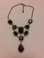Alkalmi nyaklánc fekete üveggel és  fehér strassz kövekkel