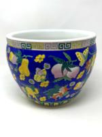 Kobaltkék alapon színes virágokkal és gyümölcsökkel díszített nagyméretű porcelán kaspó