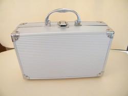 Kis alumínium kozmetikai bőrönd, koffer
