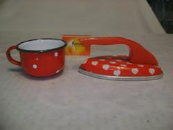 Retro piros-fehér pöttyös, szivecskés lemez játék vasaló és zománcos kis bögre