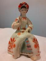 Lány népviseletben, hímzett terítővel  (ritka orosz porcelán)
