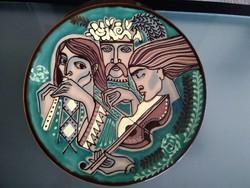 Egyedi, különleges kerámia falitányér a zene művészi bemutatása.