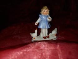 Wagner&Apel kékruhás etetős kislány