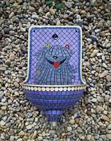 Mozaikkal díszített falikút, kút, kézmosó - Puli kutya mintával
