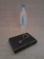 Régi német nyelvű imakönyv tokjában fa imafüzérrel Mária szenteltvíz tartóval benne szentelt vízzel