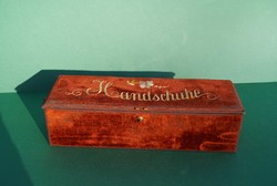 Különleges antik bordó bársony doboz kesztyűtartó doboz kézzel hímzett díszítéssel papírrégiséggel