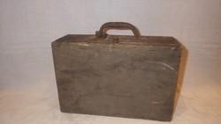 Antik kisméretű fa koffer antik lakattal