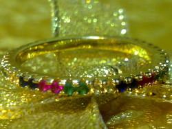 Aranyozott színes drágaköves gyűrű körben foglalt arany